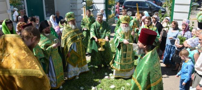В Престольный праздник собора Святой Троицы г.Невель Божественную Литургию возглавил Епископ Великолукский и Невельский Сергий